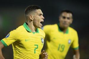 Paulinho atuando pela Seleção.