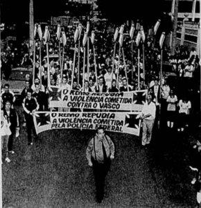 Presidente Eurico Miranda marcha à frente dos atletas e funcionários contra as investigações da Polícia Federal (Foto: Jornal do Brasil)
