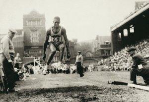 Adhemar Ferreira da Silva saltando para o ouro olímpico (Foto: COB)