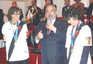 Behar e Shelda foram homenageadas pela prata em Atenas-2004 pelo presidente Eurico Miranda (Foto: Site Oficial do Vasco)