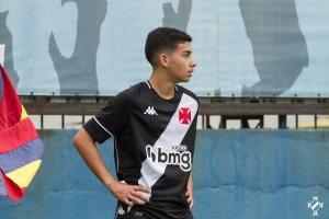 Gustavinho com a camisa do Vasco