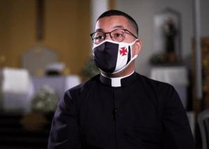 Padre que viralizou na internet visita São Januário